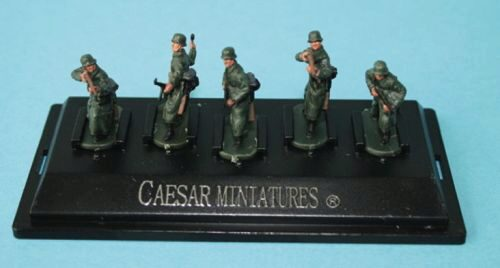 Caesar Miniatures P805 WWII German Army with long coat (fertig bemalt)