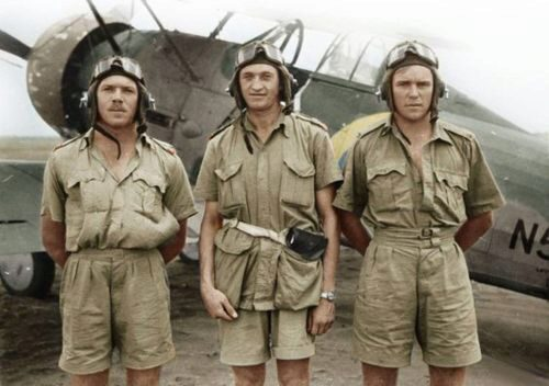 ICM 32043 Gloster Gladiator Mk.I with British Pilots in Tropical Uniform